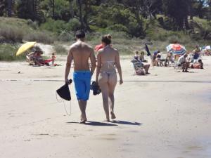 schöner Po im knappen Tanga am Strand