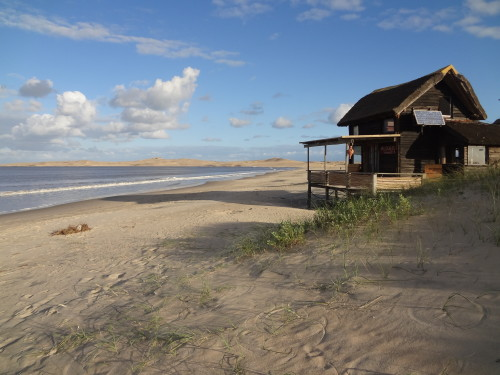 Einsames Strandhaus mit Reetdach in Uruguay