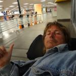 Todmüde um 5 morgens in Brasilien auf dem Flughafen in Florianopolis