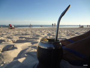 Mate am Strand in Uruguay
